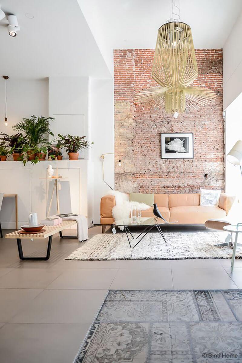 R de Room BLOG. 9 trucos para reconciliarte con tu salón sin invertir mucho. Cambia el color de una pared o pica por si tuvieras la suerte de que aparezca un bonito ladrillo visto.