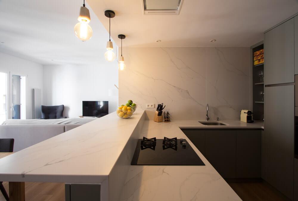 "RdeRoom-MADERA reforma e interiorismo de vivienda para alquiler de lujo en Malasaña. Cocina integrada ""open concept"""