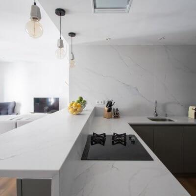 RdeRoom-MADERA reforma e interiorismo de vivienda para alquiler de lujo en Malasaña. Cocina integrada
