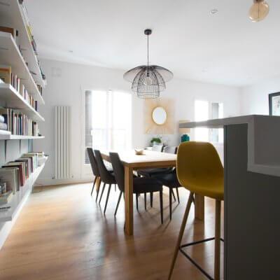 RdeRoom-MADERA reforma e interiorismo de vivienda para alquiler de lujo en Malasaña. Comedor mesa maciza y lámpara alámbrica