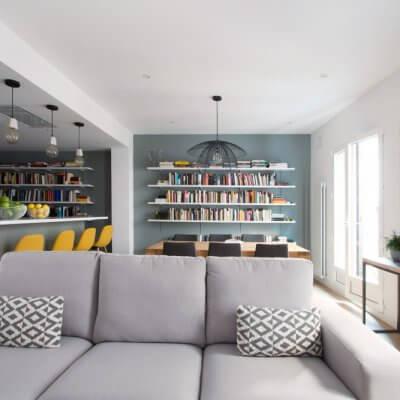 RdeRoom-MADERA reforma e interiorismo de vivienda para alquiler de lujo en Malasaña. Librería a medida integrada en estar-comedor-cocina.
