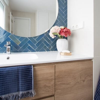 RdeRoom-MADERA reforma e interiorismo de vivienda para alquiler de lujo en Malasaña. baño azulejo artesano suelo damero espejo redondo.