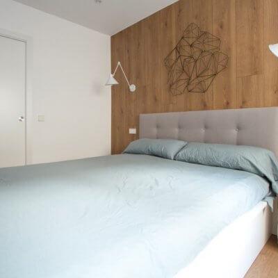 RdeRoom-MADERA reforma e interiorismo de vivienda para alquiler de lujo en Malasaña. dormitorio con cabecero de madera.