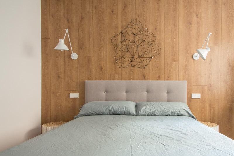 R DE ROOM-vivienda en Malasaña-dormitorio estilo midcentury-pared de madera