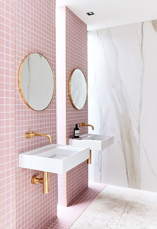 Baño rosa millennial.