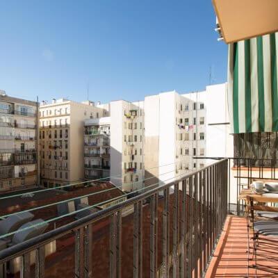 Proyecto de reforma de vivienda en Chamberí II (Madrid) de R de Room. Terraza en el patio de manzana típico de Chamberí. Desayuno en mobiliario de tipo francés.