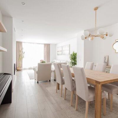En el comedor los toques dorados de la lámpara ATOM y el espejo son los protagonistas, junto a los muebles de madera natural y el aparador vintage.