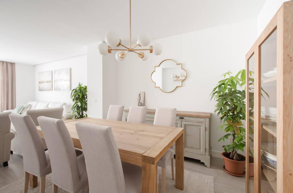 Proyecto de interiorismo en Aravaca (Madrid) por R de Room. Diseño de salón en estilo neoprovenzal.