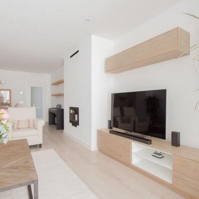El mueble de TV de la serie NORWAY combina un mueble bajo de acabado roble y estantes blancos, con un módulo en altura, perfecto para ganar almacenaje extra. Todo el mobiliario es de R de Room.