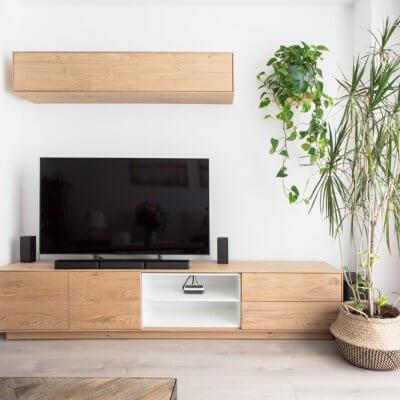 El mueble de TV de la serie NORWAY combina un mueble bajo de acabado roble y estantes blancos, con un módulo en altura, perfecto para ganar almacenaje extra.