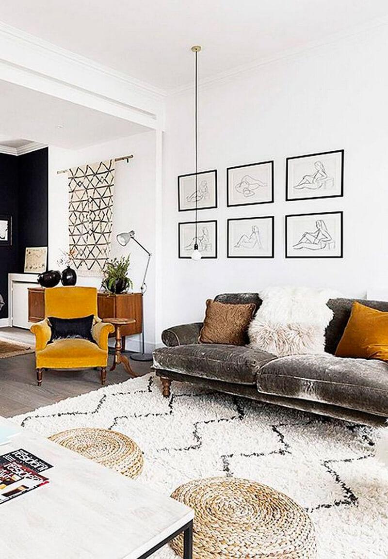 Tendencia deco: terciopelo. Guía de estilo para tener una casa con clase. Sofá gris y butaca mostaza.