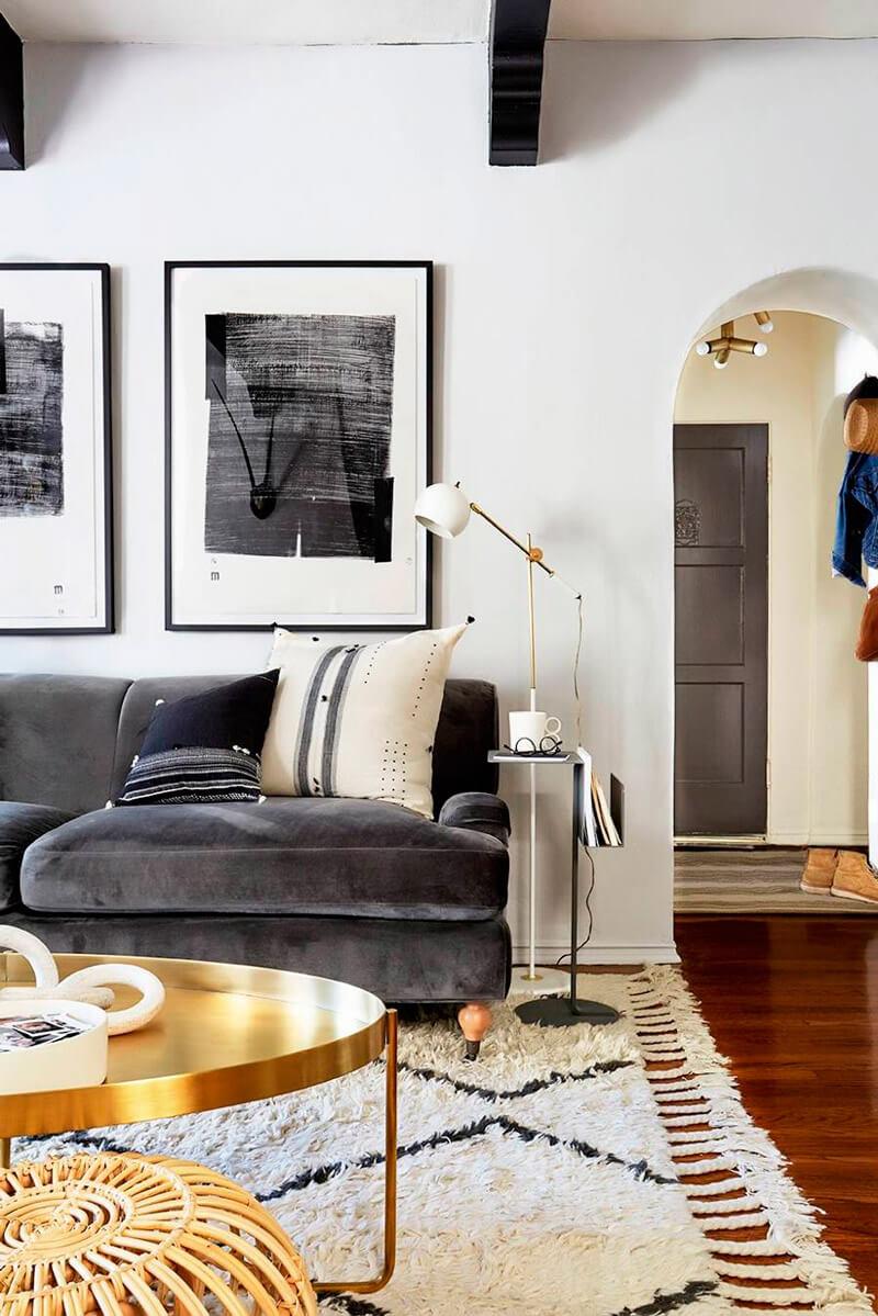Tendencia deco: terciopelo. Guía de estilo para tener una casa con clase. Sofá gris.