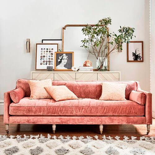Tendencia deco: terciopelo. Guía de estilo para tener una casa con clase. Sofá rosa.
