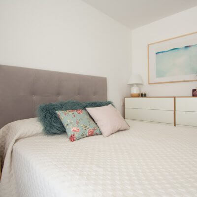 Dos cómodas juntas de fondo reducido a juego con la mesilla de noche (ambas en chapado de roble y lacado blanco) aumentan la capacidad de almacenamiento del dormitorio sin comprometer los pasos hacia la cama.