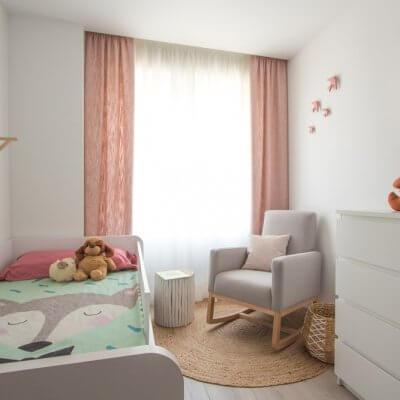 A pesar de las dimensiones reducidas de este dormitorio infantil, conseguimos incorporar una cama nido, una mecedero tapizada de lectura y lactancia y una zona de juego. También ganamos espacio de almacenaje.