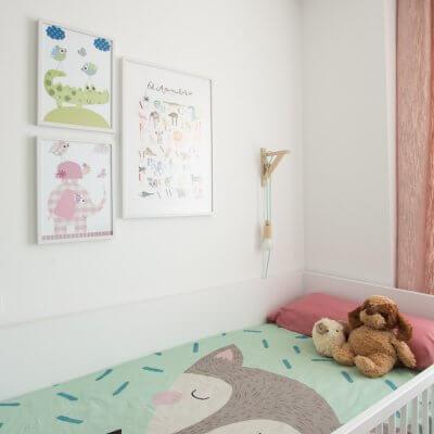 Los textiles combinan el verde y el rosa con un resultado muy acogedor. El collage de cuadros con los temas favoritos de la peque, ponen la guinda.