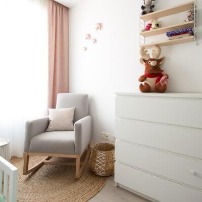 El rinconcito de lactancia puede transformarse con el tiempo en un bonito espacio de lectura; para eso justo está pensada la estantería String Pocket situada sobre la cómoda.