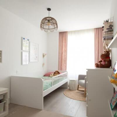 El espacio de la entrada al dormitorio infantil se reserva para zona de juegos y lectura. El sistema STUVA y los estantes MOSSLANDA de IKEA son una solución económica y muy funcional.