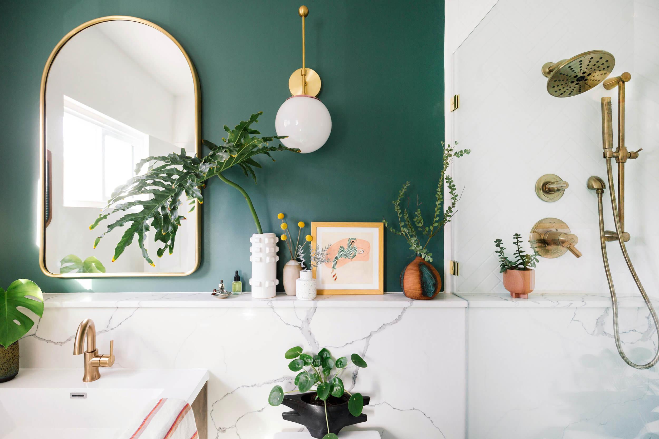 Tendencias en baños en 2019. Zócalos de mármol veteado y pintura en tonos verdes y azulones.