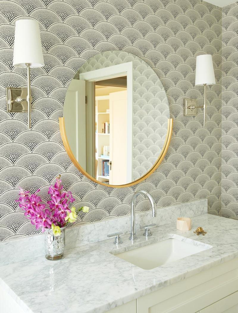 Tendencias en baños en 2019. Combina apliques y espejos dorados.