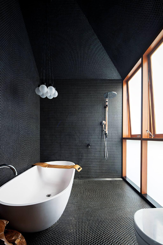 Tendencias en baños en 2019. Acabados negros en las paredes, suelos y techos.