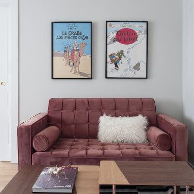 Salón de vivienda en Madrid. Sofá de terciopelo rosa con capitoné. Cuarto infantil y zona de juegos. Cojín de pelo blanco. Proyecto de reforma e interiorismo de R de Room.