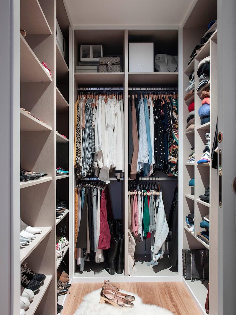 Vestidor de vivienda en Madrid. Vestidor a medida. Carpintería a medida. Diseño de interiores de armarios y vestidores. Proyecto de reforma e interiorismo de R de Room.