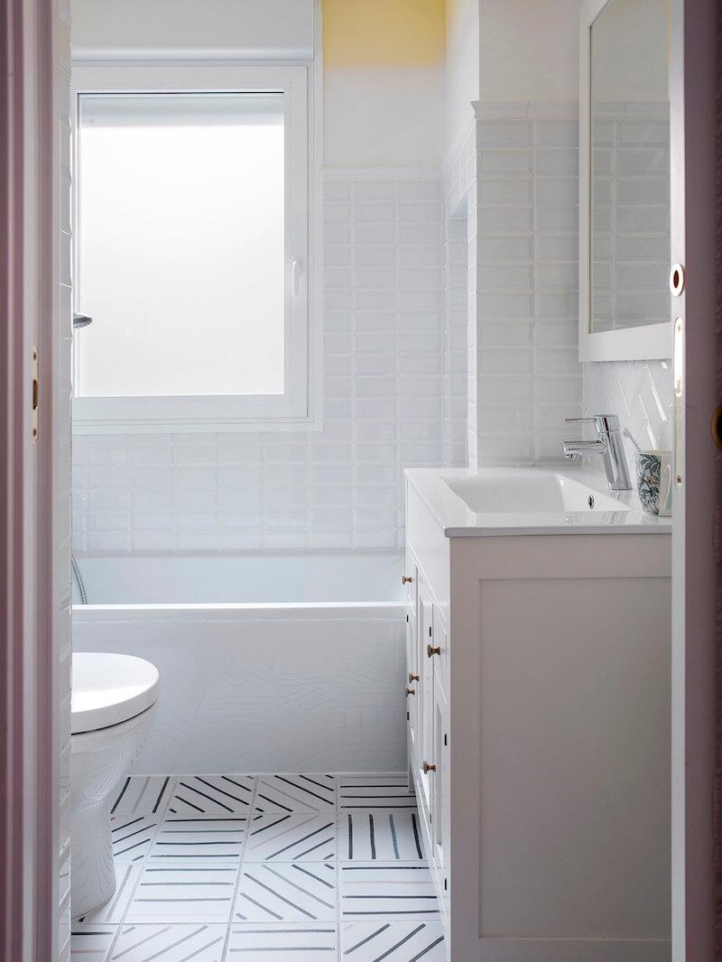 Baño para niños. Zócalo de azulejo esmaltado biselado tipo metro en color blanco. Pared pintada en color amarillo. Degradado de pintura en pared. Mueble de lavabo estilo retro. Baño luminoso. Proyecto de reforma e interiorismo de R de Room.