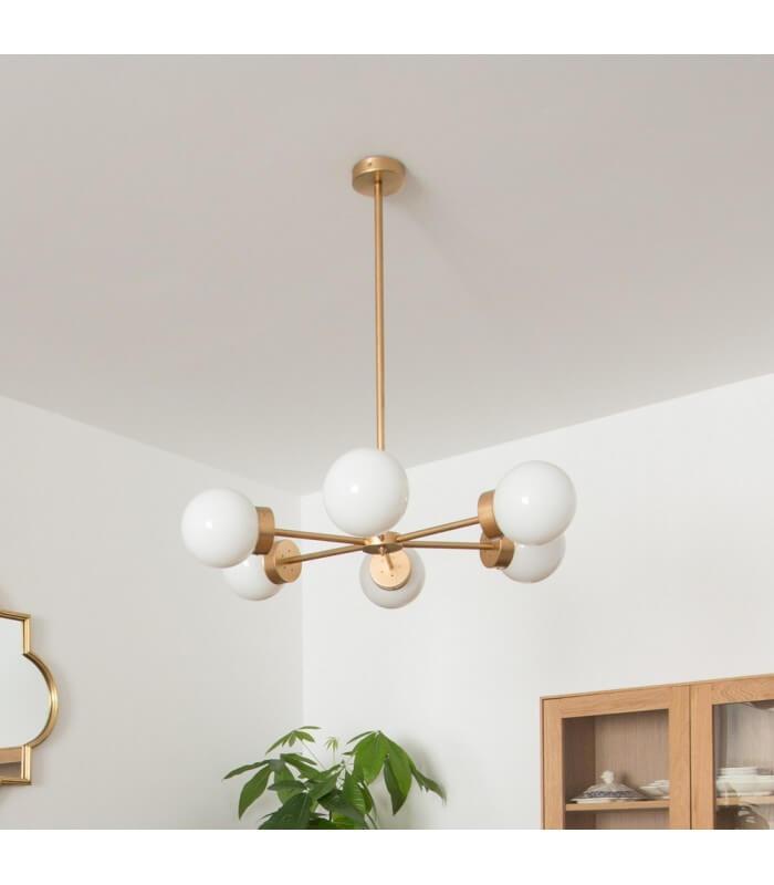 R DE ROOM lámpara de techo con seis brazos radiales. Lámpara suspendida dorada con tulipas opales.
