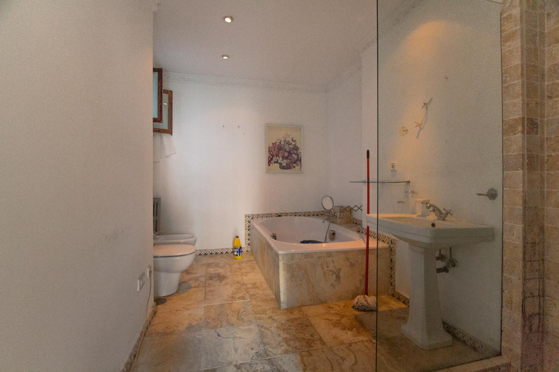Proyecto de reforma en Chamberí (Madrid). Estado previo del baño en suite..