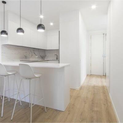 Proyecto de reforma en Chamberí (Madrid) de R de Room. Cocina abierta con barra.