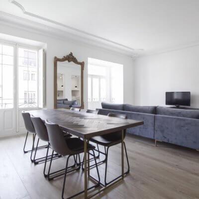 Proyecto de reforma en Chamberí (Madrid) de R de Room. Salón minimalista. Molduras. Sofá gris. Espejo dorado.