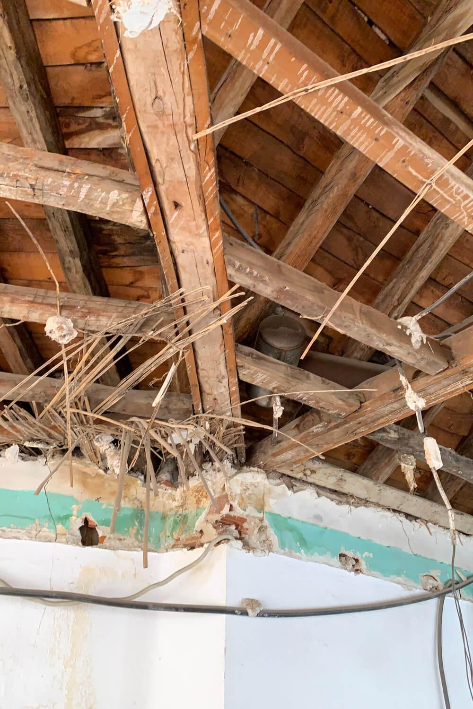 R DE ROOM BLOG-imprevistos en la obra-que debe pagar la comunidad-cubierta de madera deteriorada