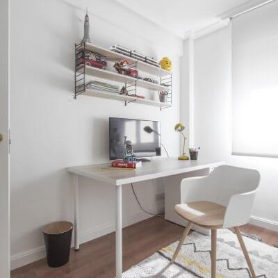Interiorismo de vivienda_dormitorio juvenil-escritorio-cama nido-colorido-escritorio IKEA-estantería String
