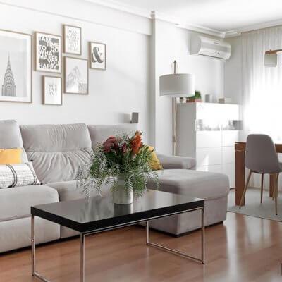 Interiorismo de vivienda_estar comedor-sofá gris-ambiente cálido-mesa de comedor-sofá gris-cojines mostaza-sillas tapizadas-sillas grises.