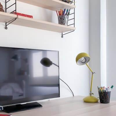 Interiorismo de vivienda_dormitorio juvenil-escritorio IKEA-estantería StrIng-alfombra Lorena Canals