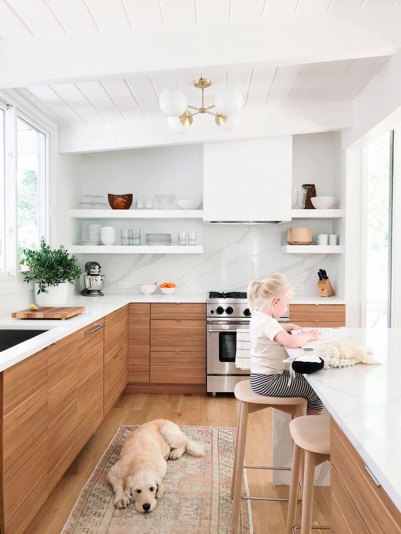Cocinas de colores de los que no te cansarás; madera