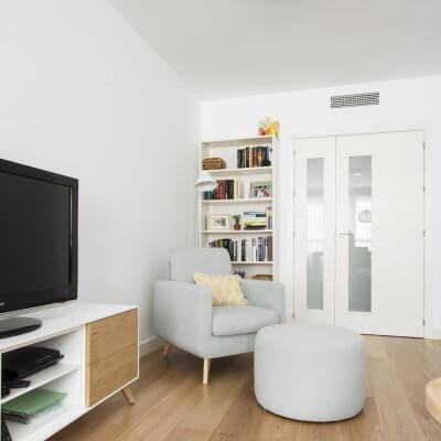 R de Room_interiorismo de vivienda en Montecarmelo_Madrid_salón_comedor_estar_livingroom_rincón de lectura_ambiente nórdico cálido_toques de color