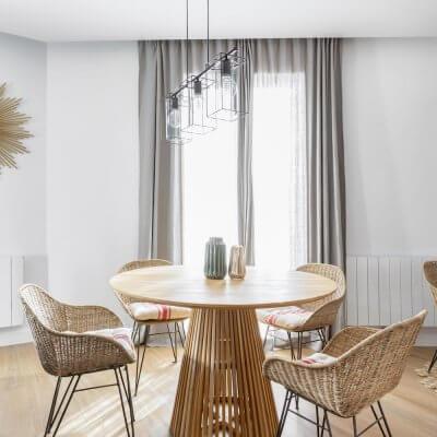 Comedor acogedor donde la madera y el ratán son los protagonistas. Proyecto de R de Room.