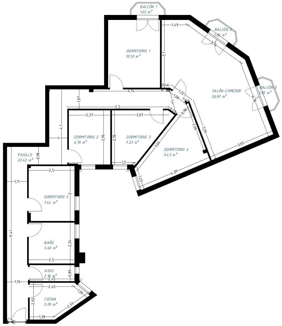 Estado previo de vivienda en Chamberí. Enorme pasillo y estancias muy pequeñas sin apenas utilidad. Conseguimos mejorar la distribución con una propuesta nueva.
