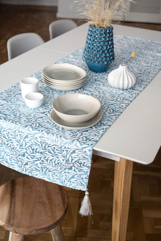 Camino de mesa azul con bordado blanco BRANCHE 50x150cm
