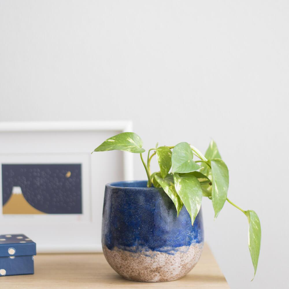 Macetero cerámico esmaltado azul con acabado rústico DENO