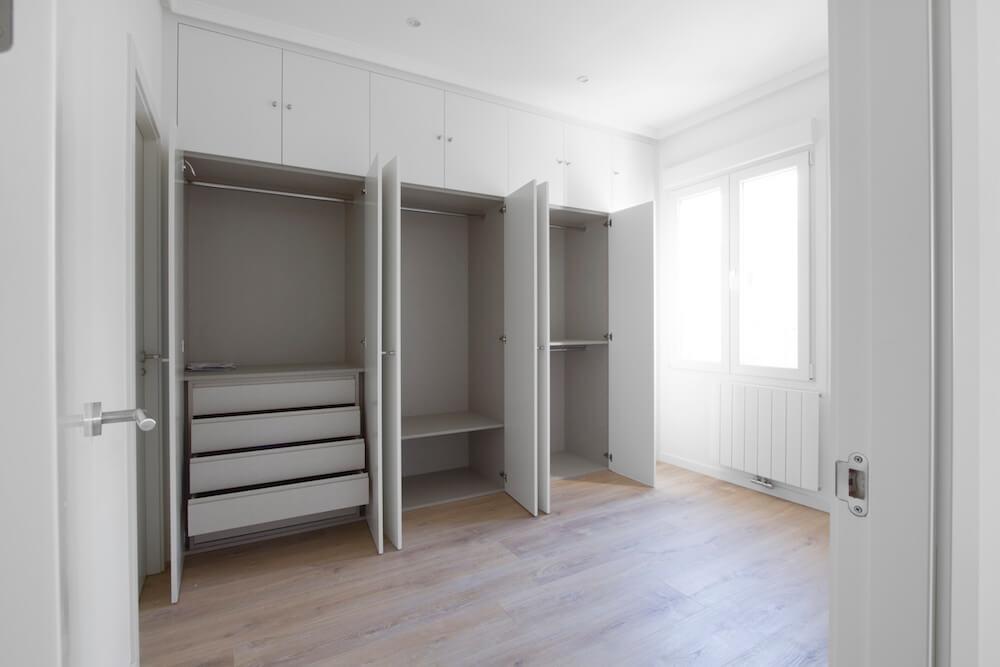 Dormitorio principal con armario empotrado de gran capacidad. Proyecto de R de Room.