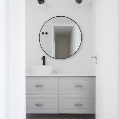 Baño de cortesía moderno en gris, blanco y negro. Proyecto de R de Room.