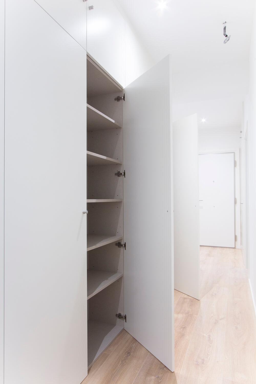 Armario en pasillo para ropa blanca. Proyecto de R de Room.