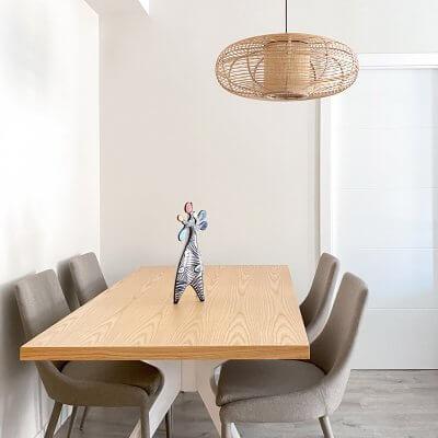 Comedor que combina madera blancos y grises. Centro de cerámica portuguesa. Proyecto de R de Room.