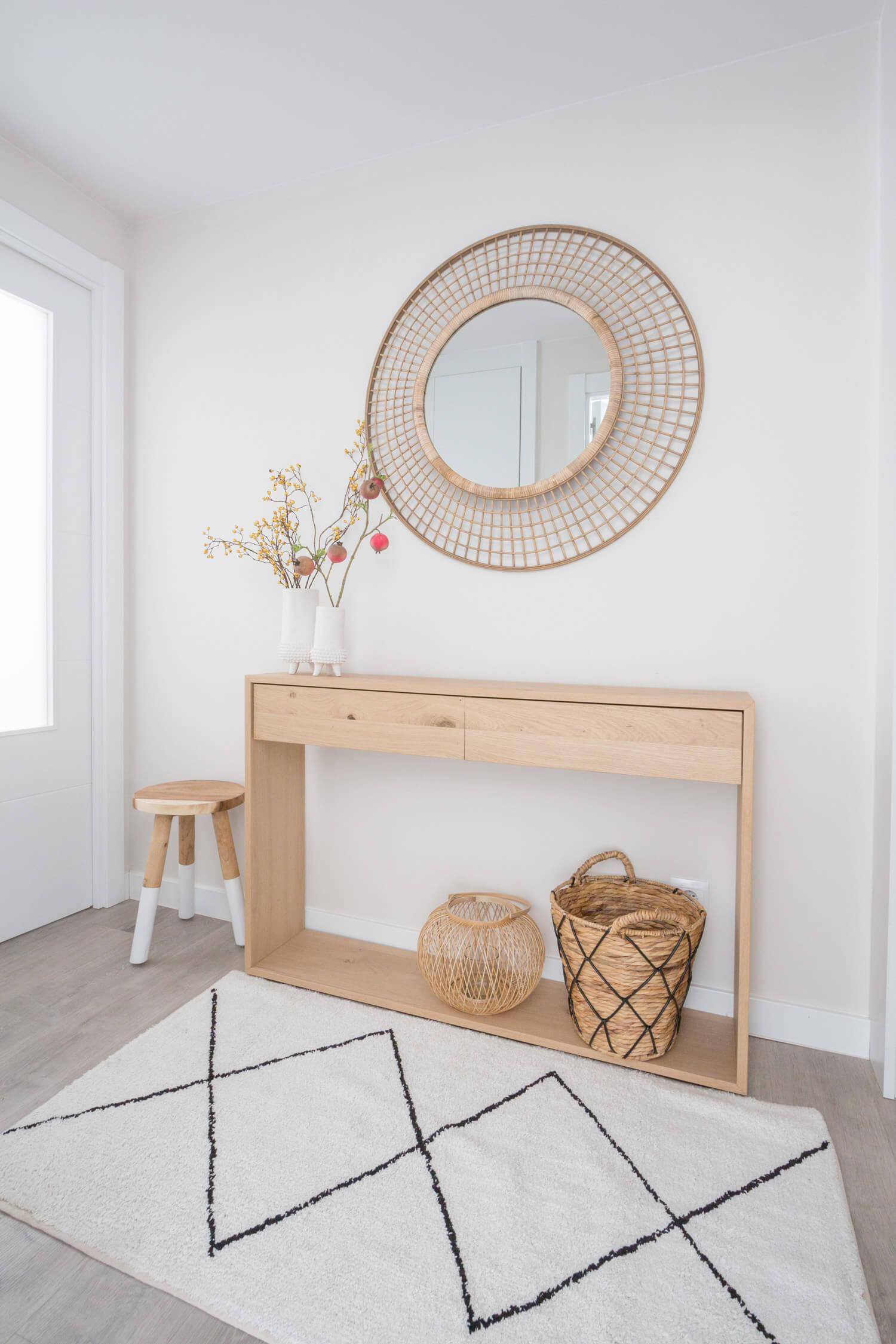 Recibidor con consola de madera y espejo de gran tamaños. Proyecto de R de Room.