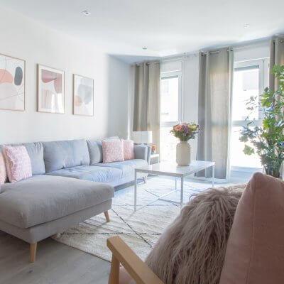 Salón con colores claros y toques rosas. Proyecto de R de Room.