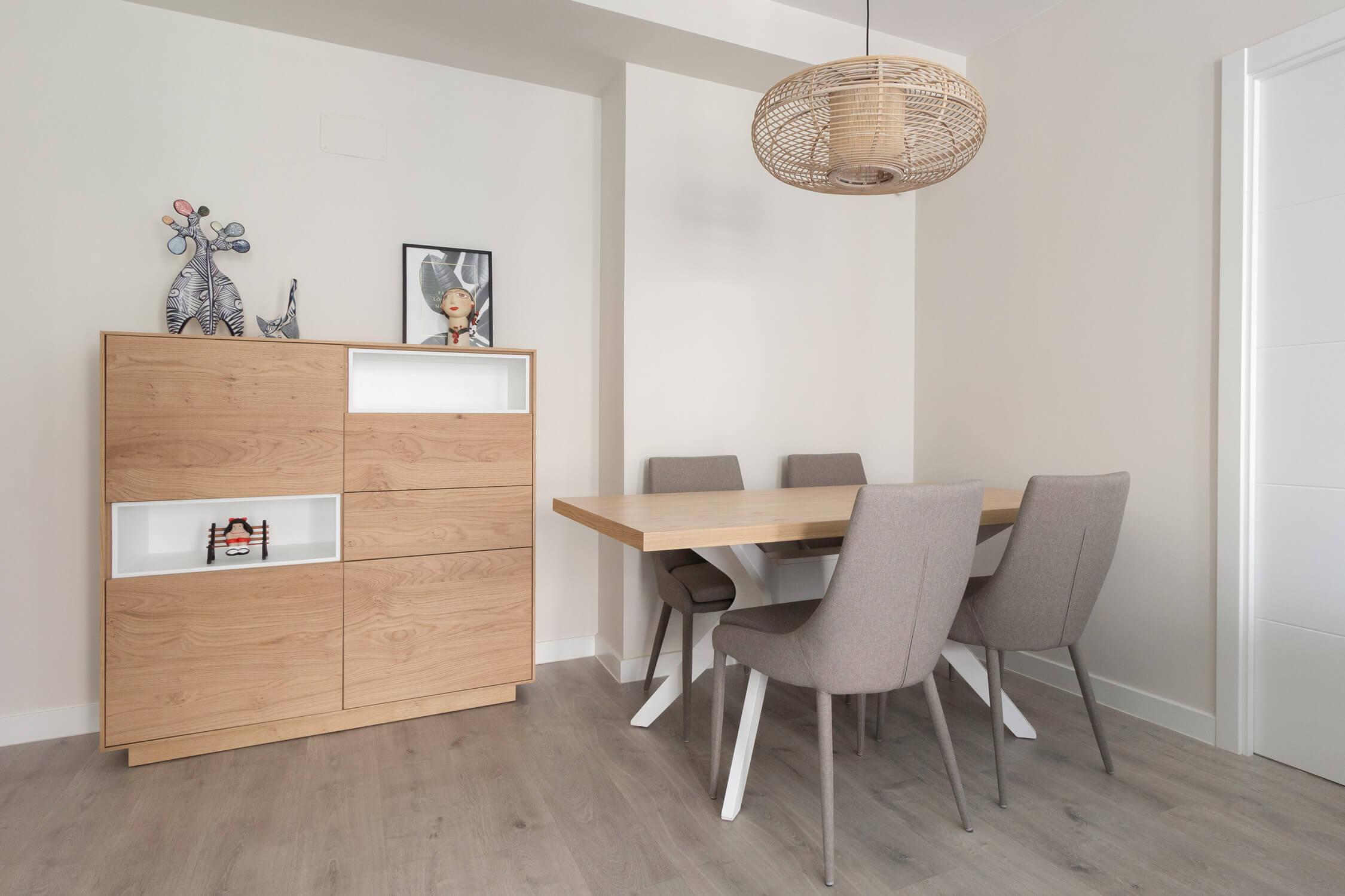 Comedor que combina madera blancos y grises. Aparador alto de madera. Proyecto de R de Room.