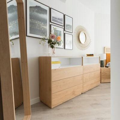 Dormitorio con un extra de almacenamiento en forma de 2 cómodas. Espejo de gran formato con marco de madera. Proyecto de R de Room.